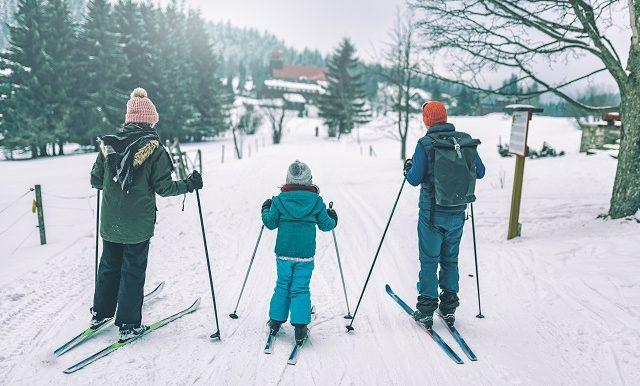 famille-en-ski-pentes-enneigées