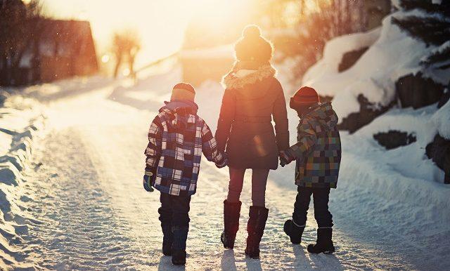 freres-et-soeur-marchent-dans-la-neige