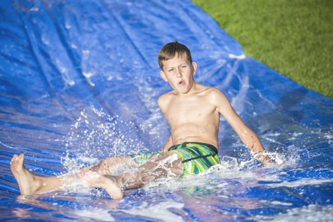 bâche couverte d'eau dans la cour