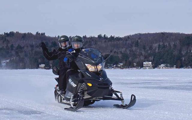 Une motoneige noire... dans la neige