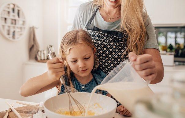 Une maman et sa fille cuisinent