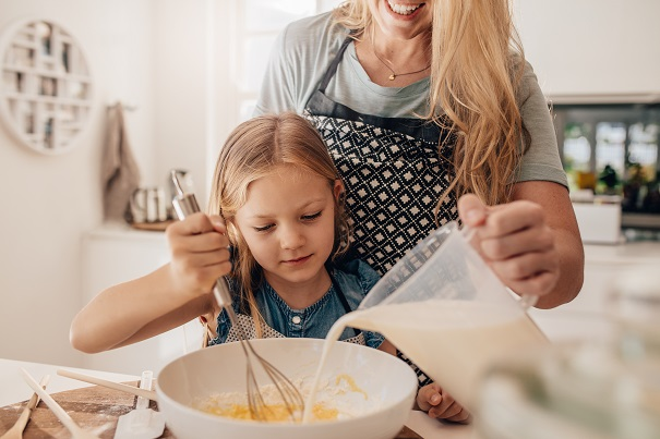 Cuisiner en famille: 5 trucs pour faire participer les enfants
