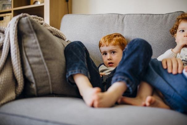 Mon enfant est-il plus à risque dehors ou sur le divan?