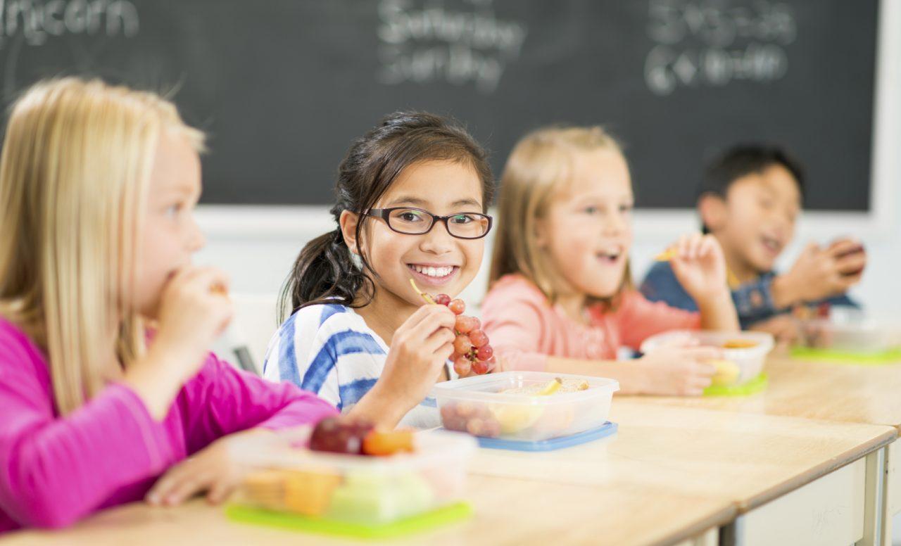 Manger au service de garde de l'école: 4 obstacles à la convivialité des repas