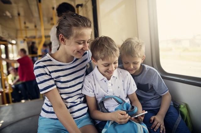 Portrait d'ici et d'ailleurs: à quel âge peut-on prendre l'autobus seul?