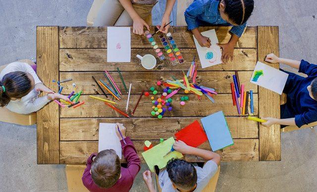 enfants-bricolage-peinture-table-bois