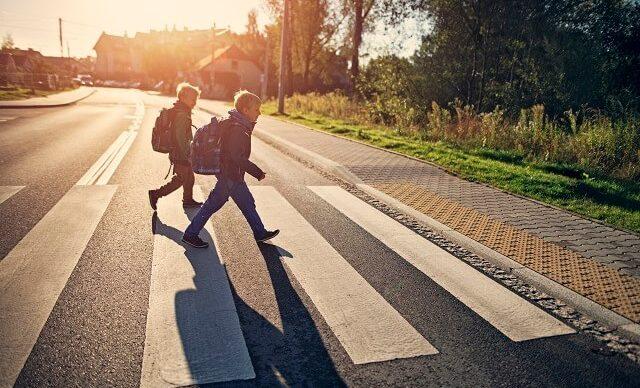 jeunes-garçons-traversent-rue
