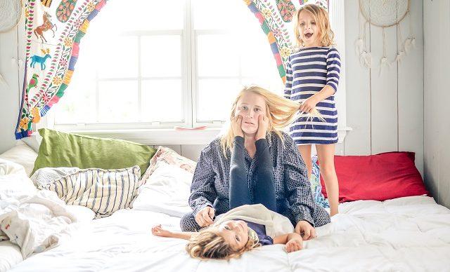 mere-et-ses-deux-filles-jouent