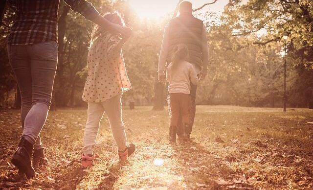 famille-marche-automne