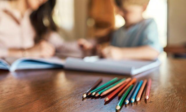 Une enfant et sa mère font des activités éducatives