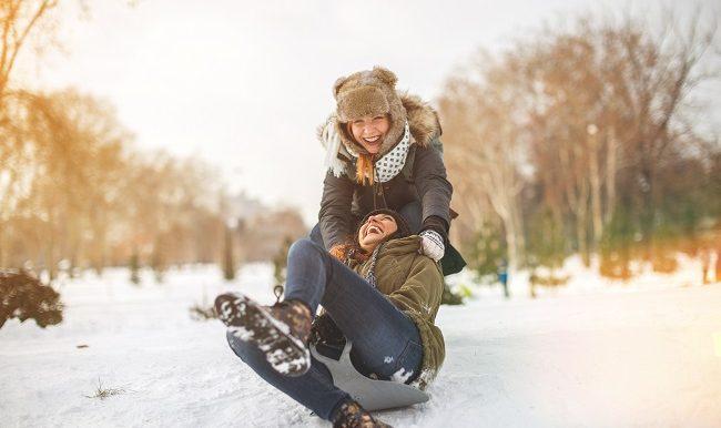 Deux filles qui jouent dans la neige