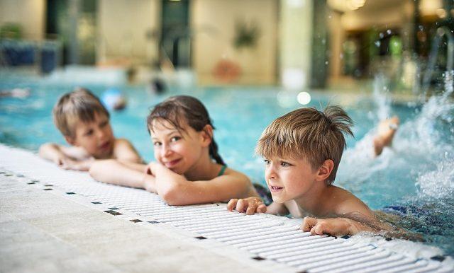 enfants-sourires-piscine-interieure