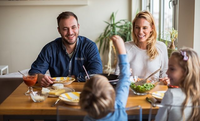 famille-souriante-a-table