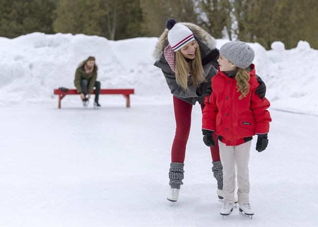 Patinage en famille sur une patinoire