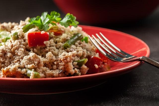 Salade de couscous au thon et cornichons sucrés