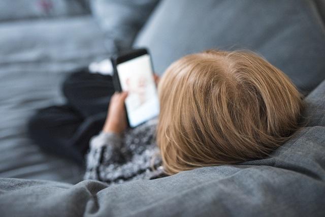 jeune-fille-utilise-cellulaire-divan