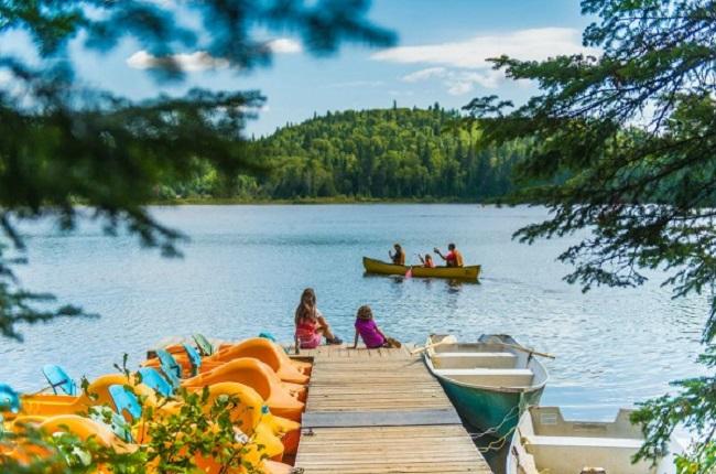 Une famille en canot sur un lac