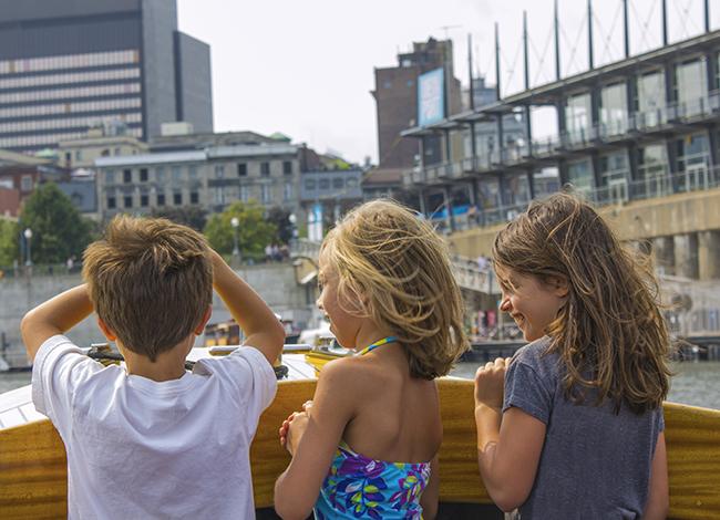 des enfants sur un bateau