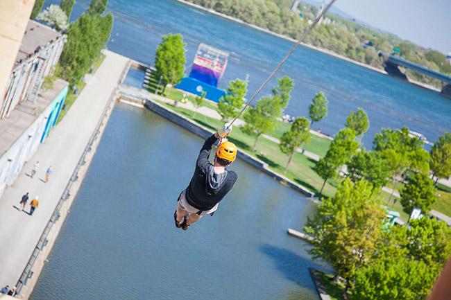 Un homme dans une tyrolienne au-dessus de l'eau