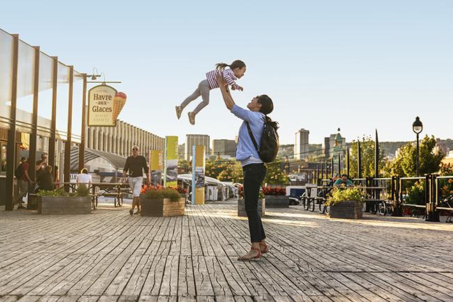 Une maman lance sa fille dans les airs