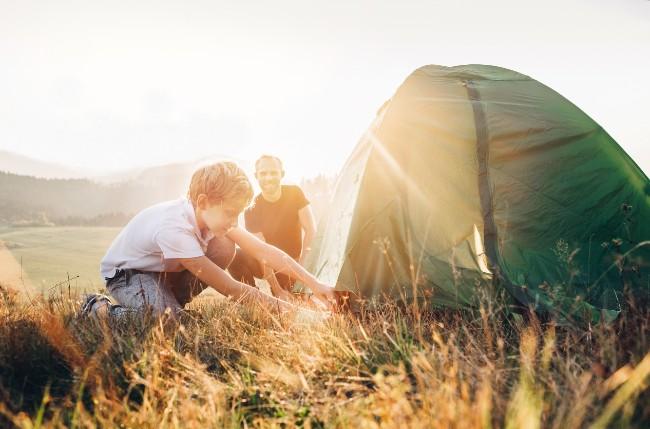 père et fils en camping