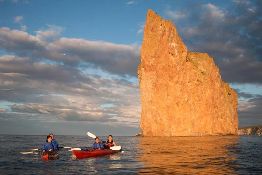deux kayaks double avec famille et rocher en arrière plan