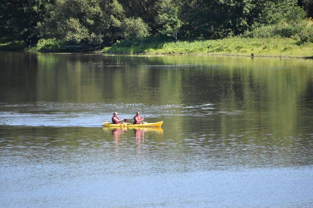 Personnes dans un kayak milieu du lac