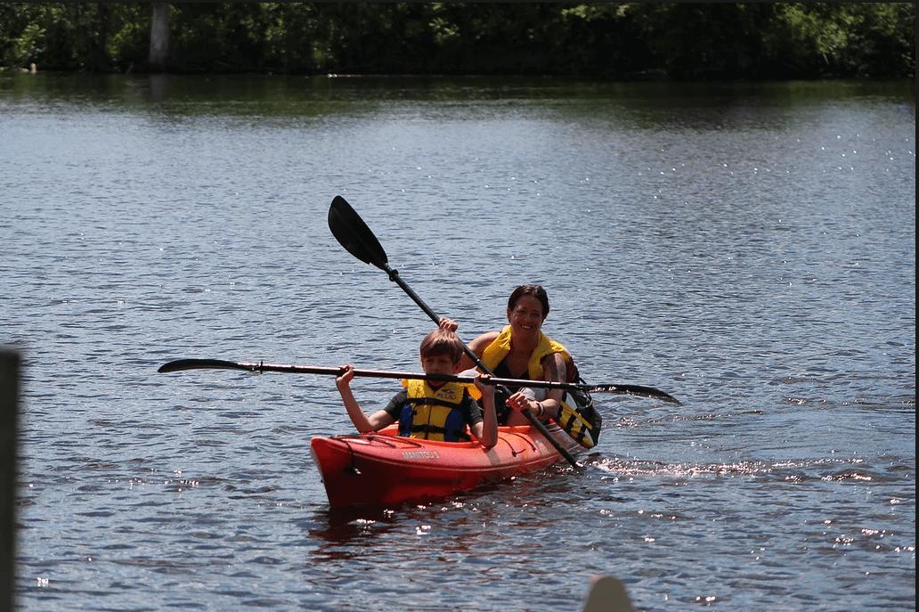 Petit garçon à l'avant-plan femme derrière dans un kayak tandem