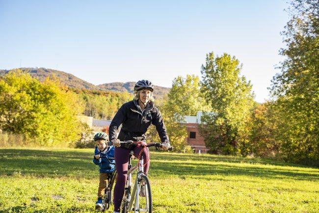 Faire-du-vélo-en-famille dans le plus beau des décors-des-Cantons-de-l'Est
