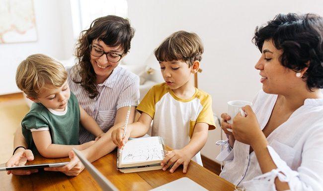 Éducation non-genrée et homoparentalité