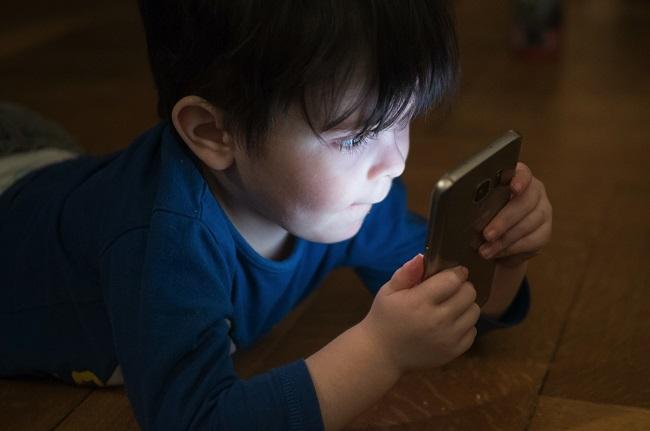 garçon devant un écran