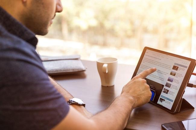 Parent devant un écran tablette