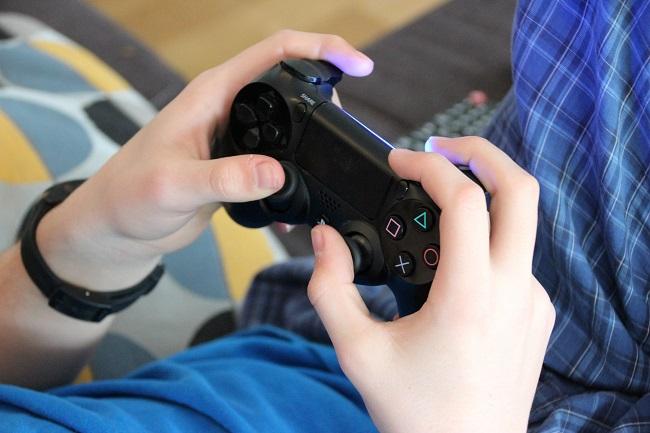 enfant qui joue à un jeu électronique