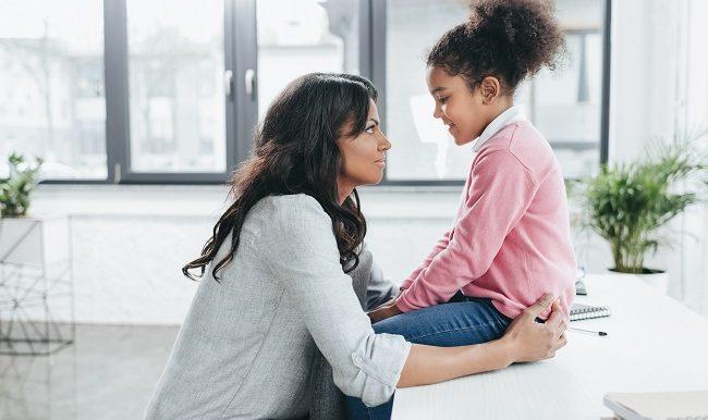 UNe maman parle de la maladie avec son enfant