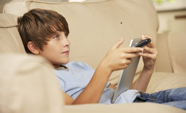 Enfant devant sa tablette