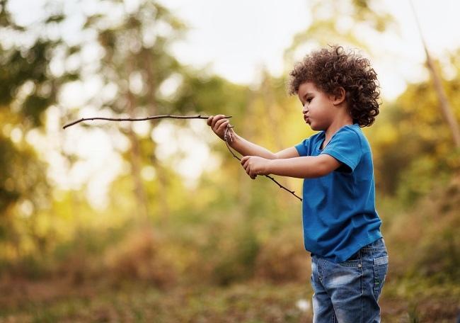 Faut-il laisser les enfants jouer avec des bâtons?