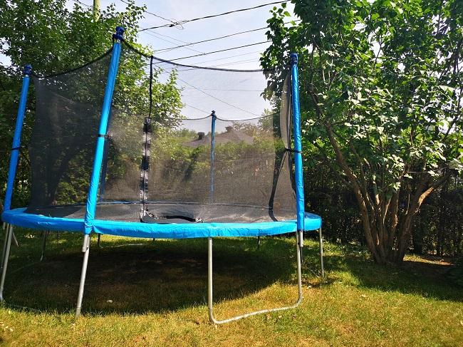 trampoline de 14 pieds dans la cour extérieure