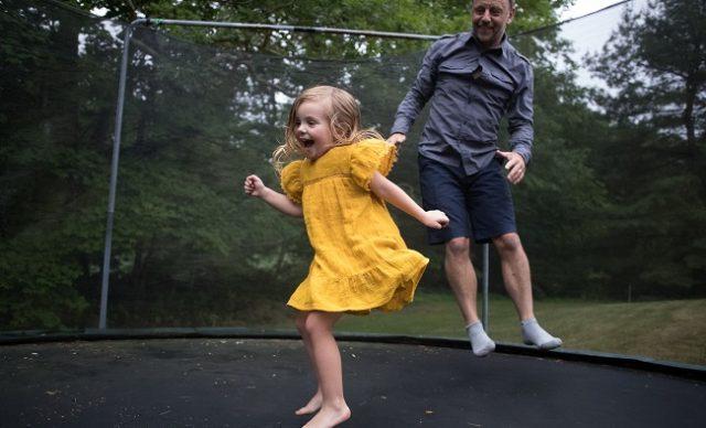 sauter sur le trampoline